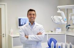 Dentista masculino feliz no escritório dental da clínica imagem de stock