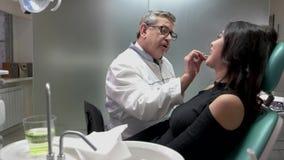 Dentista maturo sul lavoro archivi video