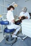 Dentista no trabalho no quarto dental Imagem de Stock Royalty Free