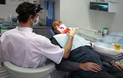 Dentista no trabalho no quarto dental Fotografia de Stock Royalty Free