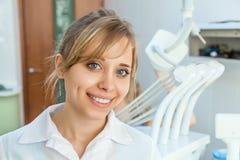 Dentista novo da mulher profissional Fotografia de Stock Royalty Free