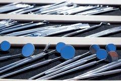 Dentista pocos espejos y herramientas fotografía de archivo libre de regalías
