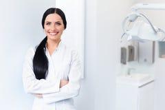 Dentista Portrait Donna che sorride nel suo luogo di lavoro Clinica dentale fotografia stock