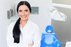 Dentista Portrait Doutor da jovem mulher na clínica dental Carro dos dentes fotografia de stock royalty free