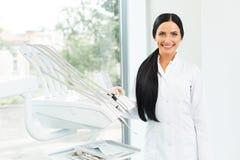 Dentista Portrait Mujer que sonríe en su lugar de trabajo Clínica dental Fotografía de archivo libre de regalías