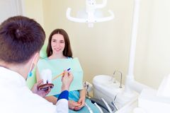 Dentista profissional com o paciente no hospital Fotografia de Stock Royalty Free