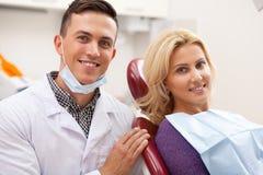 Dentista profissional que trabalha em sua clínica dental imagem de stock royalty free