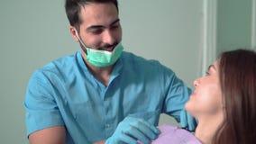 Dentista Puts no babador vídeos de arquivo