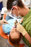 Dentista que começa a operação comum de limpar a boca fêmea imagens de stock royalty free