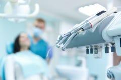 Dentista que cura um paciente fêmea no stomatology Conceito do tratamento Fotos de Stock