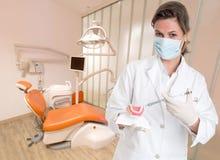 Dentista que explica o tratamento Fotografia de Stock