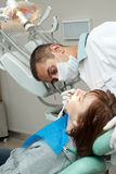 Dentista que faz a injeção anestésica Foto de Stock Royalty Free