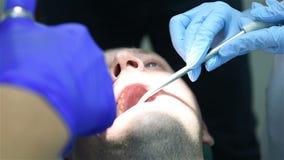 Dentista que faz a injeção anestésica video estoque