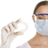 Dentista que guarda o dentista que guarda a bandeja individual do dente (isolada imagens de stock royalty free