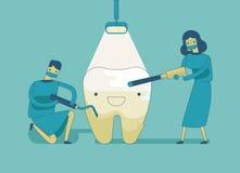 Dentista que hace un tratamiento dental el diente ilustración del vector