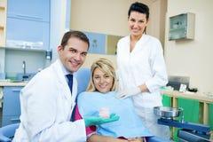 Dentista que mostra o molde dental Fotografia de Stock