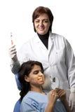 Dentista que muestra un cepillo de dientes Fotos de archivo