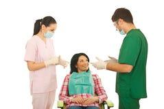 Dentista que tiene conversación con el paciente Imagen de archivo libre de regalías
