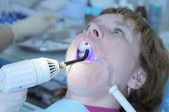 Dentista que trabaja en boca imagenes de archivo