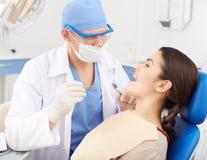 Dentista que visita Fotografía de archivo