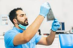 Dentista Studies o raio X imagens de stock