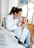 Dentista sul lavoro Fotografie Stock