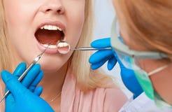 Dentista sul lavoro sul paziente della donna in ufficio Immagini Stock Libere da Diritti