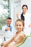 Dentista Team e paciente novo feliz na clínica dental fotografia de stock