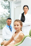 Dentista Team e paciente novo feliz na clínica dental imagens de stock royalty free