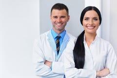 Dentista Team na clínica dental Dois doutores de sorriso em seu trabalho Imagem de Stock Royalty Free