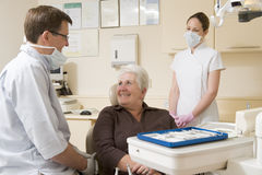Dentista y ayudante en sitio del examen con Fotografía de archivo