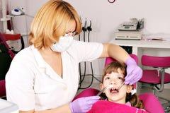 Dentista y niña Imágenes de archivo libres de regalías