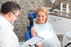 Dentista y paciente Fotos de archivo libres de regalías