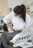 Dentista y paciente femeninos Fotografía de archivo libre de regalías