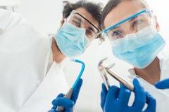 Dentistas engraçados com suas ferramentas do ponto de vista Fotografia de Stock Royalty Free