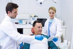Dentistas que muestran informe dental sobre la tableta digital Fotos de archivo libres de regalías