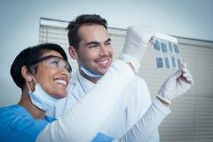 Dentistas que olham o raio X foto de stock