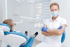 Dentiste amical enthousiaste commençant une consultation image stock