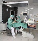 Dentiste au travail Image libre de droits