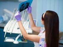 Dentiste au travail dans le bureau Photographie stock libre de droits