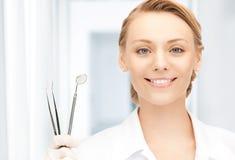 Dentiste avec des outils Photo stock