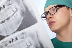 Dentiste avec le rayon X de mâchoire Image libre de droits