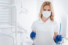 Dentiste complet capable ayant ses outils prêts photos libres de droits