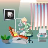 Dentiste And Cute Girl sur la chaise dentaire Photos stock