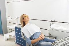 Dentiste de attente féminin calme Image stock