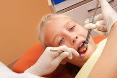 Dentiste de visite de l'adolescence photos stock