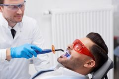 Dentiste de visite de jeune homme Photos stock