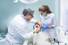 Dentiste et assistant au travail Images libres de droits