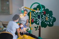 Dentiste et infirmière traitant des dents de childe Photo stock
