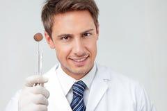 Dentiste Holding Angled Mirror et Carver images stock